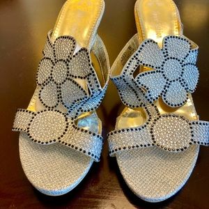 SPARKLY FLOWER SANDALS BY JOHN FASHION-size 6